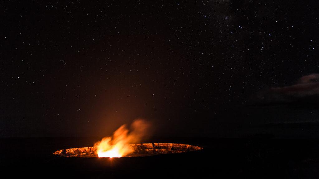le lake de lave à Big Island, de nuit avec la voie lactée.